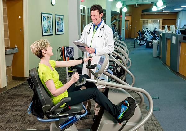 T5xr mit bequemer Rückenlehne in Einrichtung mit trainierender Frau